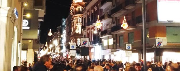 Guarda il centro di Bari nel periodo Natalizio