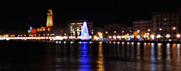Il gigantesco albero di Natale sul lungomare di Bari