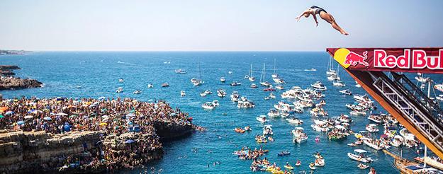 Red Bull e lo show dei tuffi a Polignano a Mare